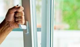 Как выполнить чистку и смазку фурнитуры окна из ПВХ?