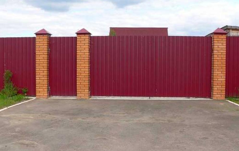 Где в Брянске заказать строительство забора из профнастила?