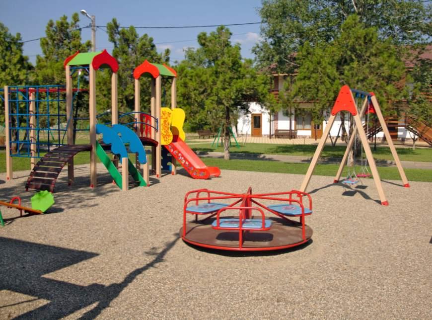 Как ведут себя дети на детской площадке?