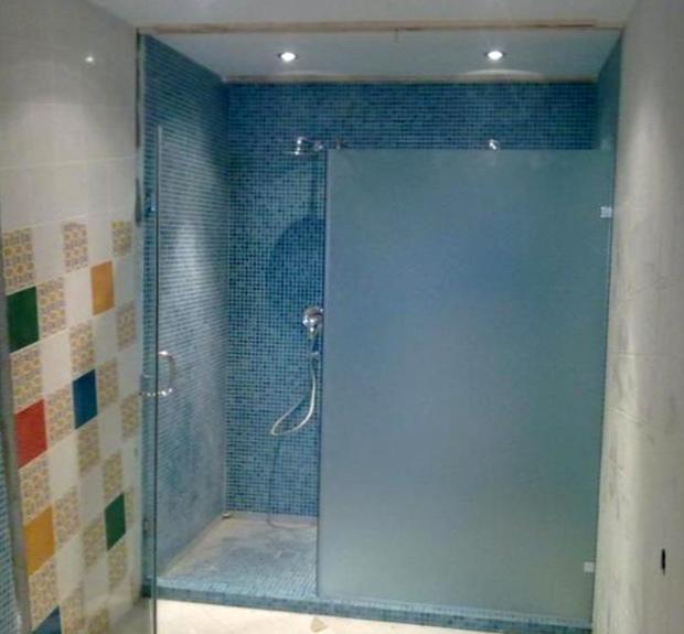 Где можно выбрать надежные стеклянные душевые двери?